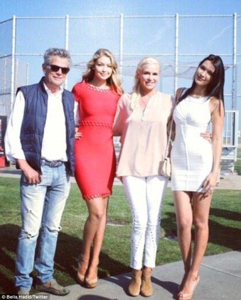 A Gigi Hadid foi bem minimalista, apostou em um vestido mais curtinho e sem muitos detalhes. (Olha a Bella Hadid ali de branco, na foto em família!)