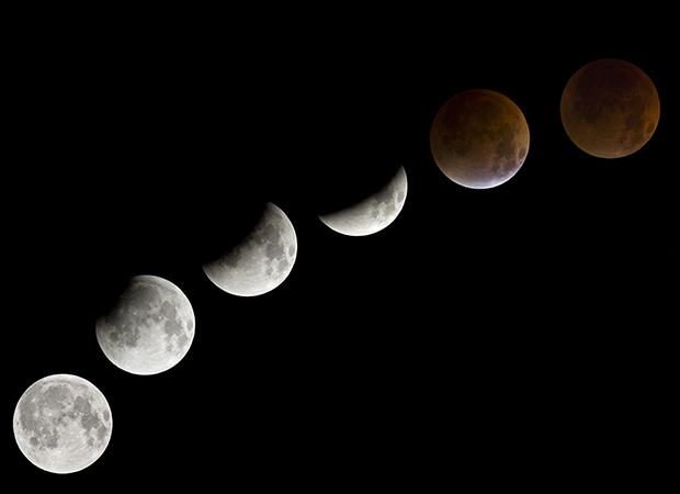 céu escuro com seis imagens da lua dispostas em uma diagonal ascendente. O astro vai ficando encoberto, indo da forma Cheia à Nova