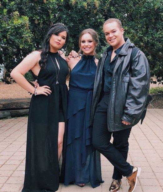 Madison de La Garza, a irmã de Demi Lovato, se formou há pouco tempo com um vestido pretinho nada básico.
