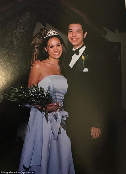 Meghan Markle escolheu um tom de lilás para o seu vestido de formatura. E olha só a coroa de princesa! <3