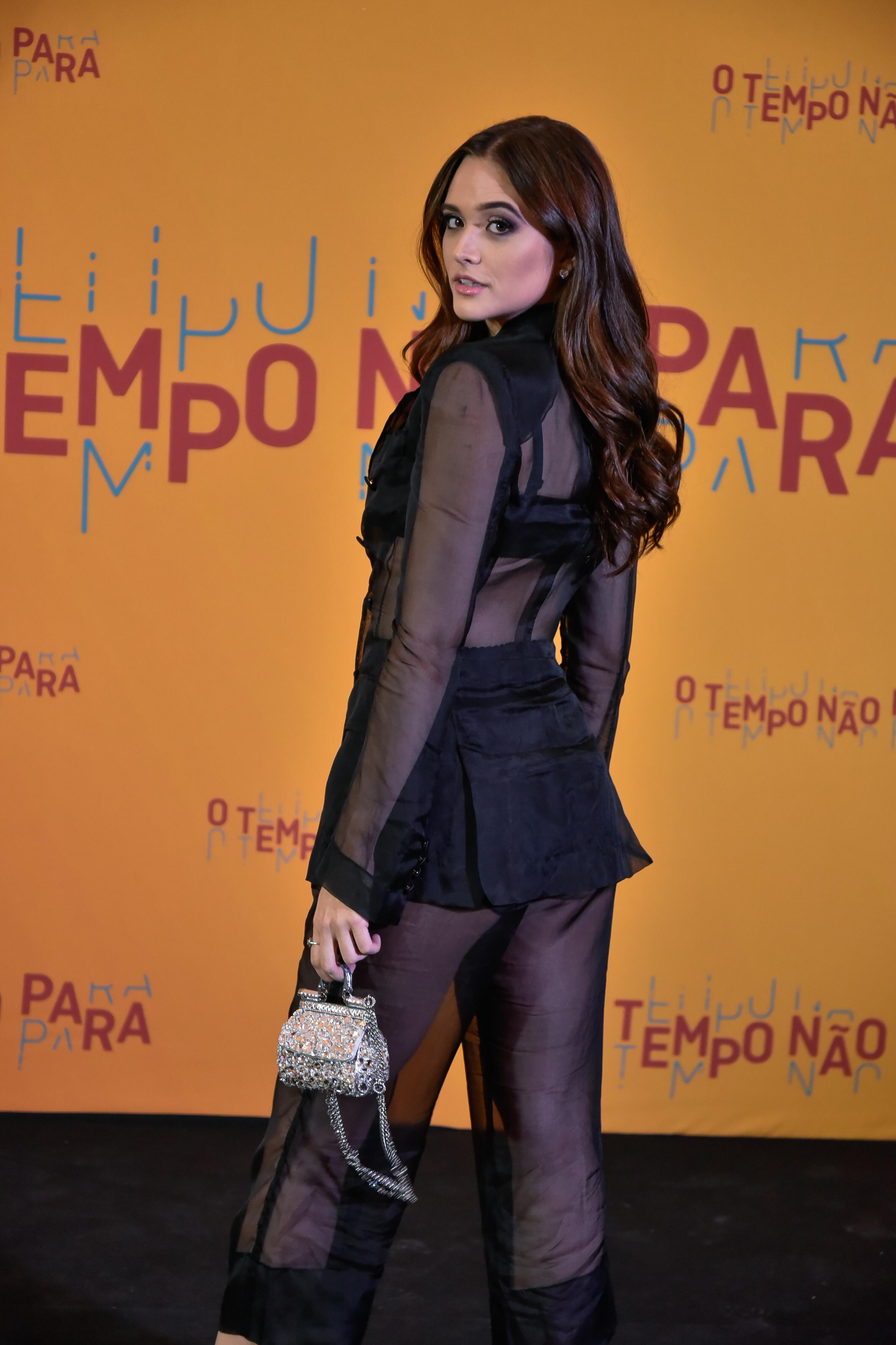 uliana Paiva com look Dolce & Gabbana no lançamento da festa da novela O tempo não para.
