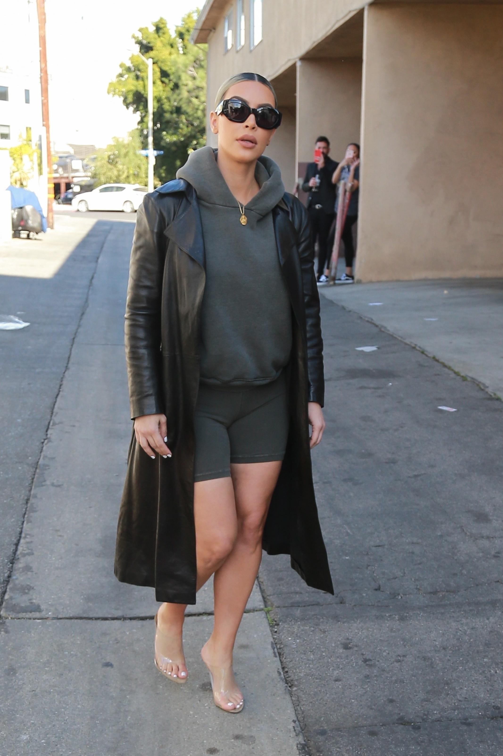 kim-kardashian-looks-com-bermuda-de-academia