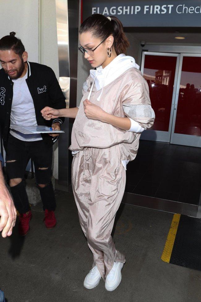 Bella Hadid usando agasalho de nylon, tendencia nos anos 80