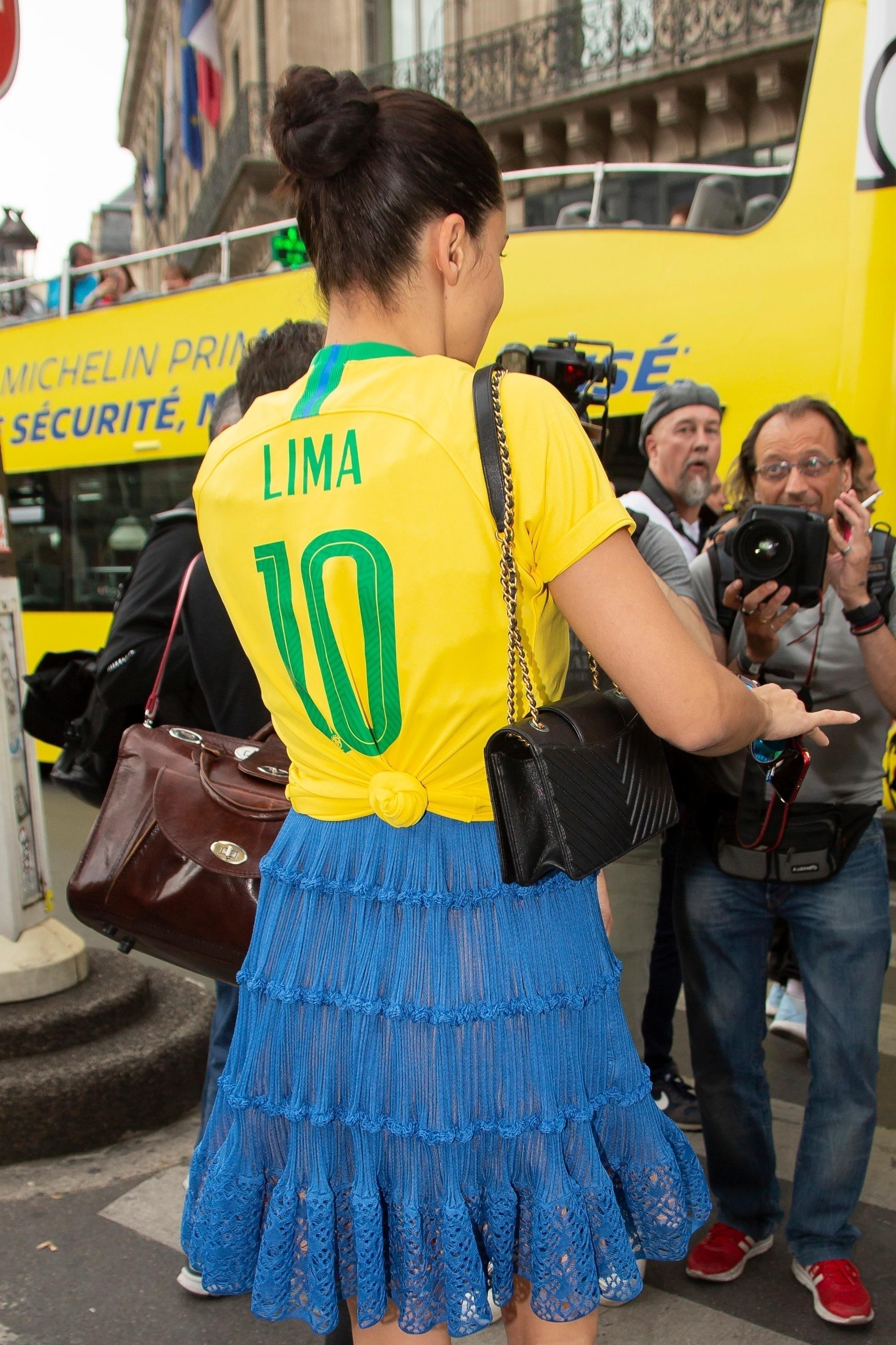 Copa do mundo: adriana lima usou look fashionista com a camiseta do Brasil