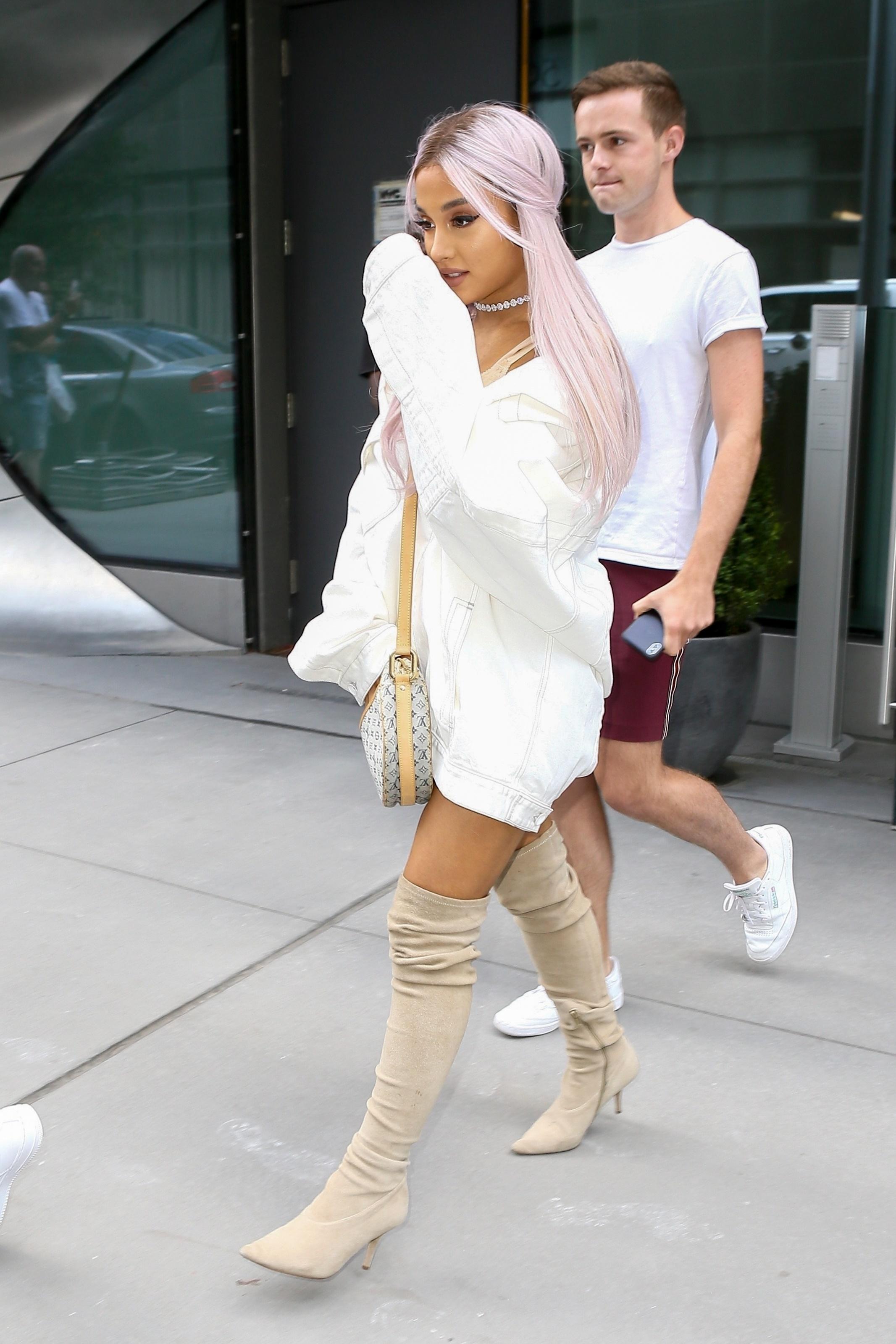 Ariana Grande de look nude e cabelo lavanda no street style