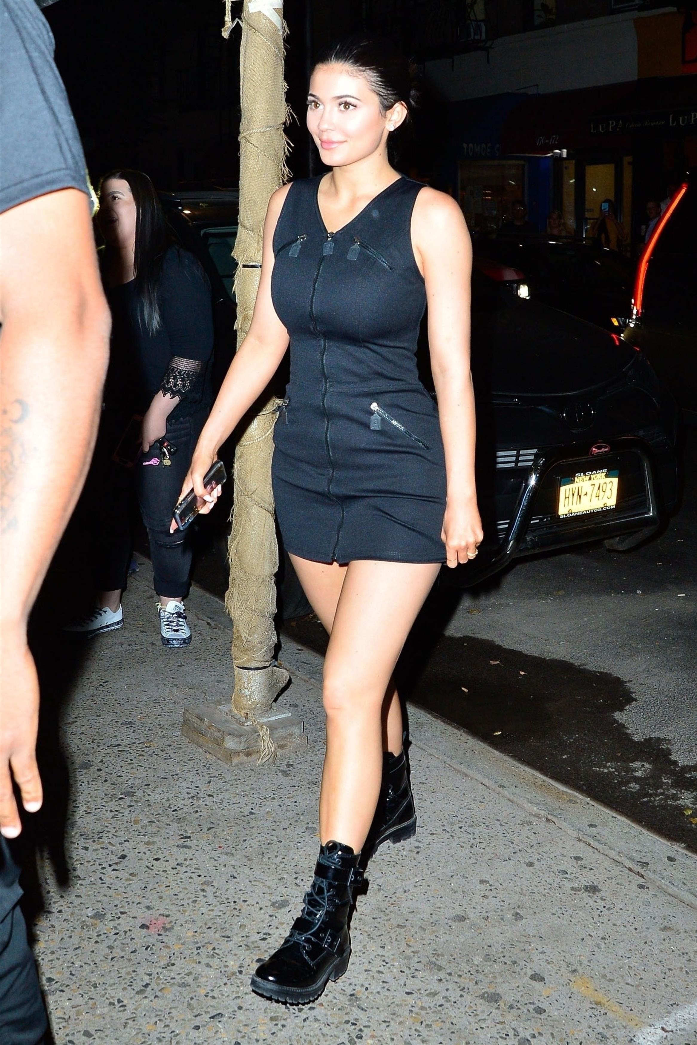 Kylie jenner usou um look com vestido e coturno no street style