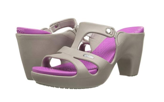 modelo sandália com salto Crocs Cyprus V Heel.