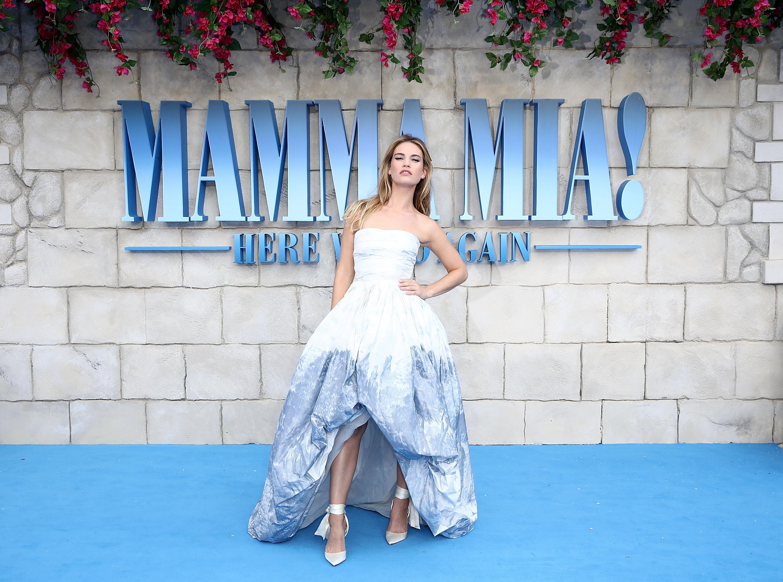 Lily James usou um vestido bem Cinderela na pre-estreia de Mamma Mia 2