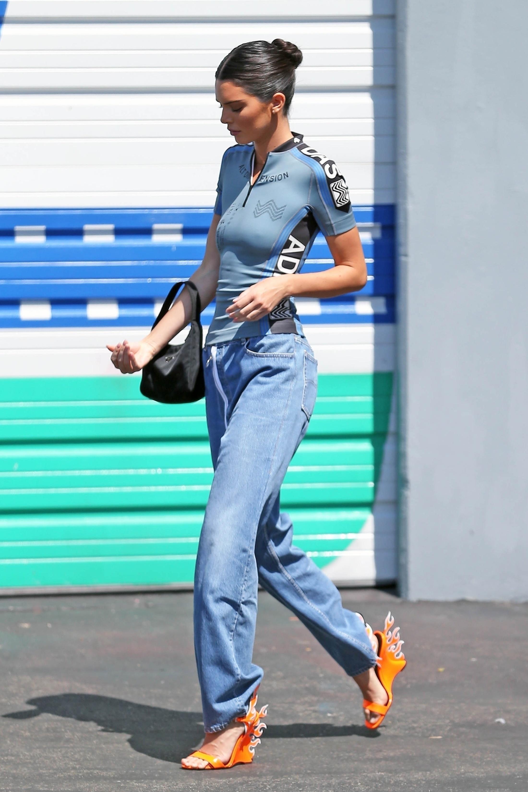Kendall jenner no street style com sandálias de fogo da Prada