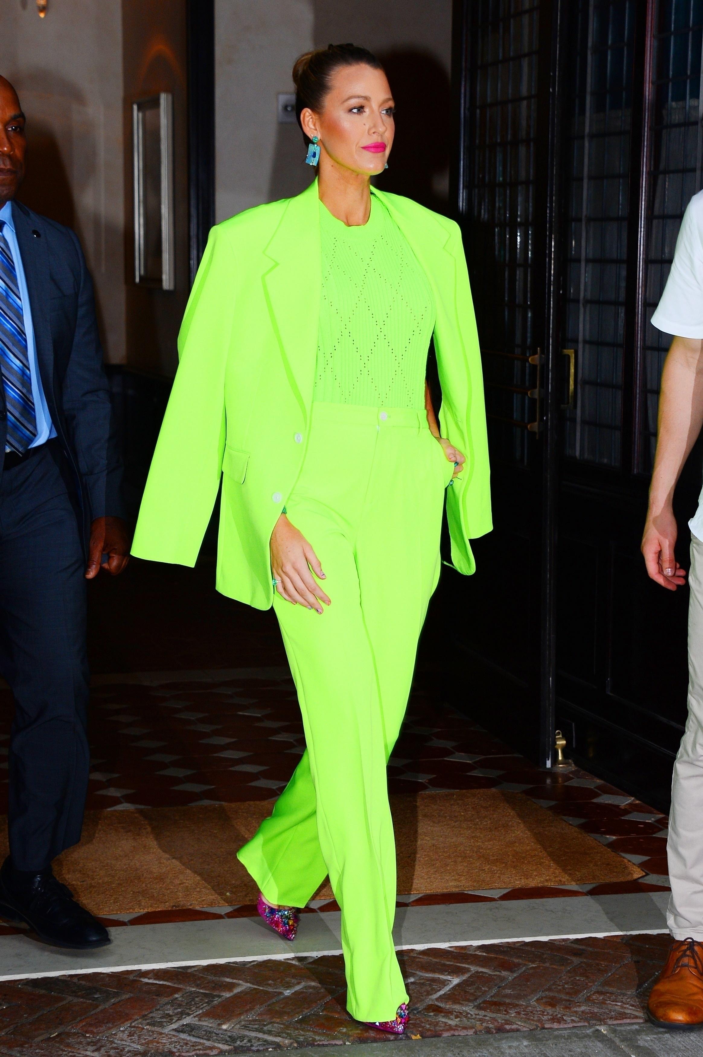 Blake Lively com look todo néon verde-limão