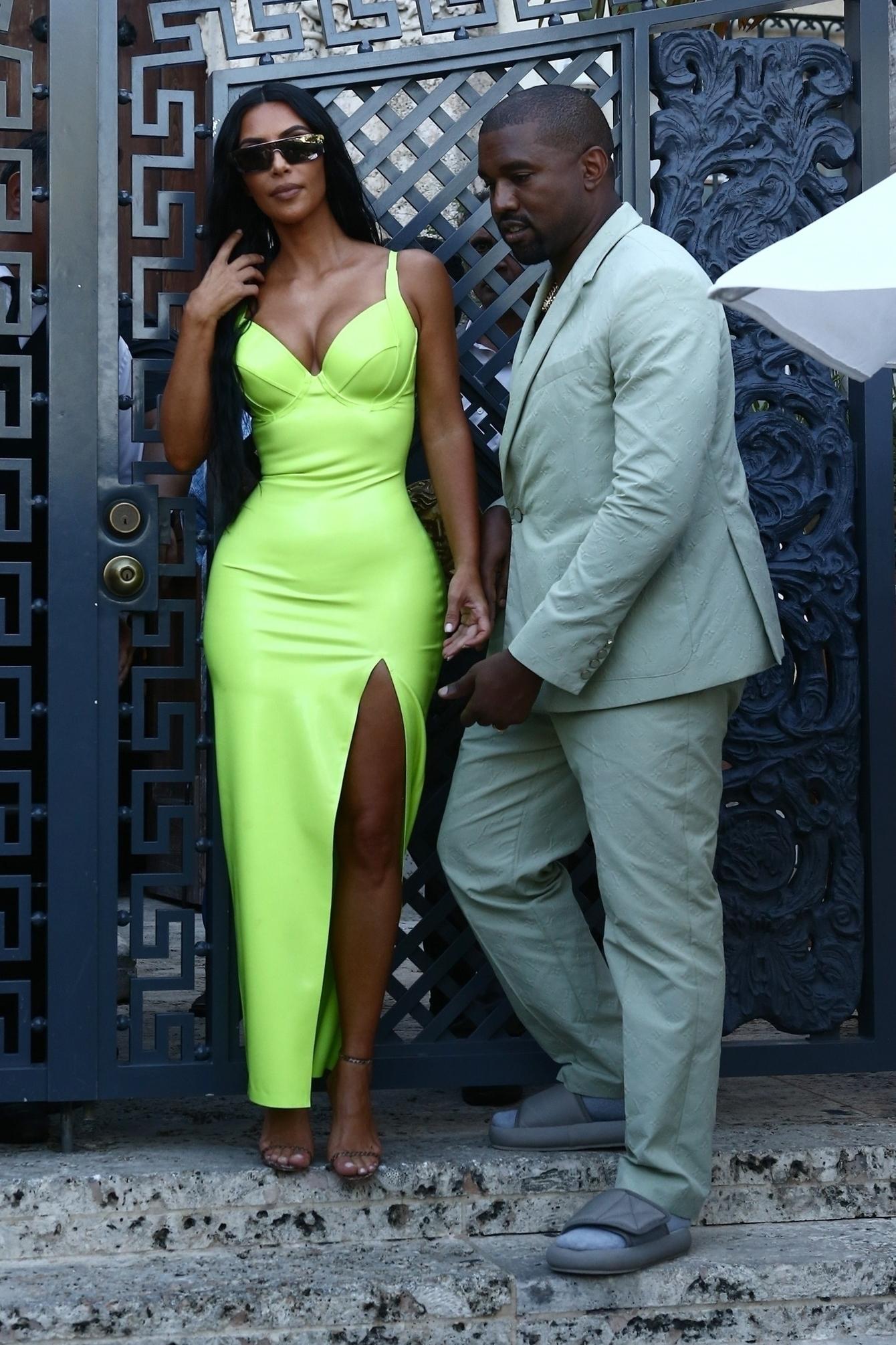 Kim Kardashian usou vestido de festa néon verde-limão