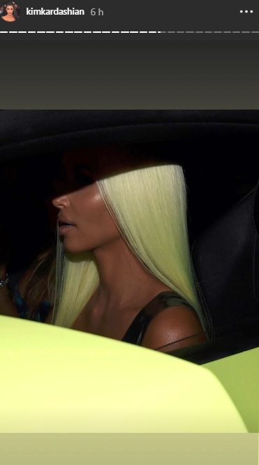 cabelo-verde-neon-kim-kardashian-carro
