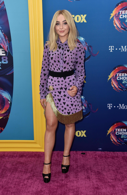 Sabrina carpenter no red carpet do Teen Choice Awards 2018.