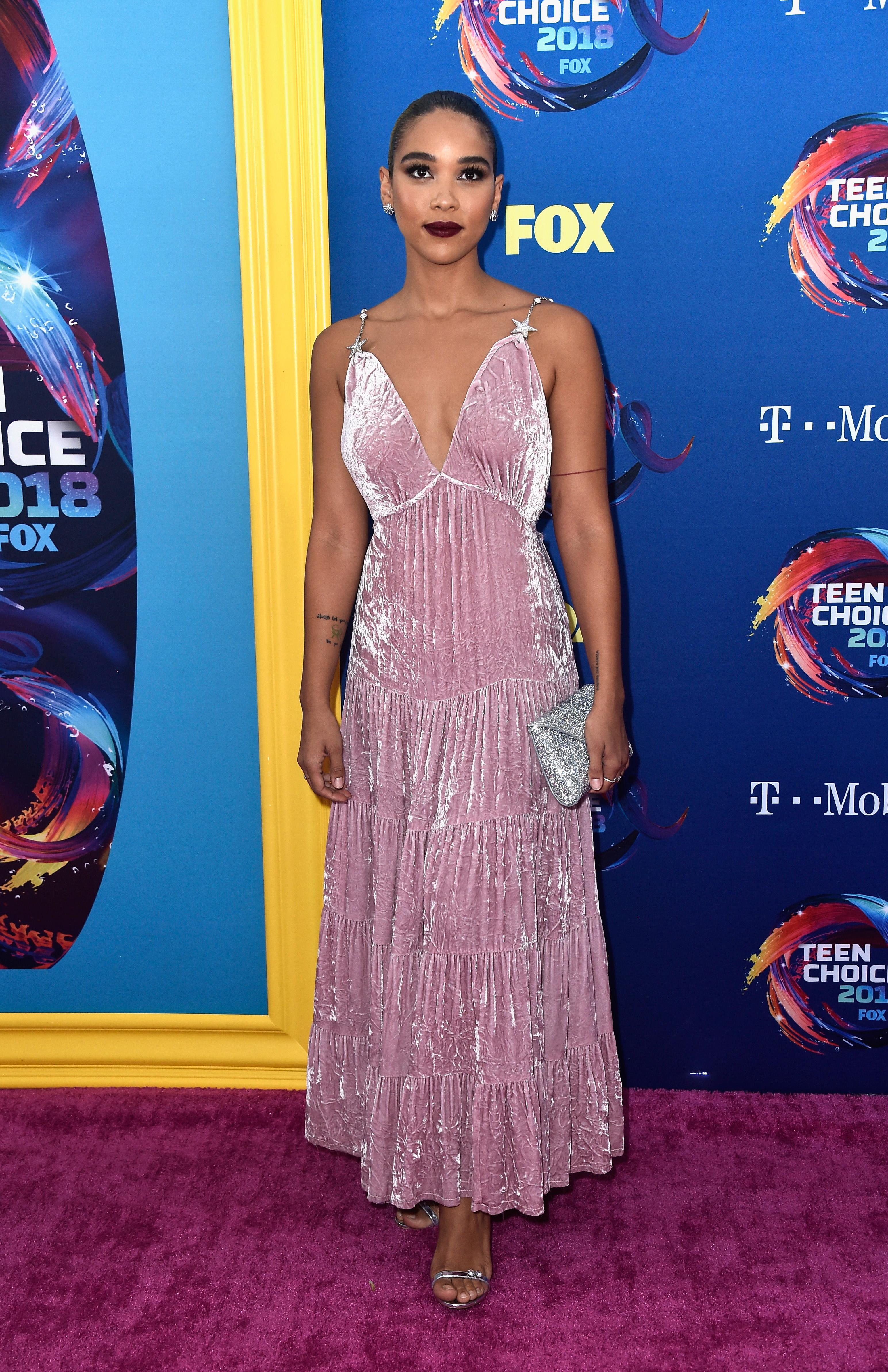 alexandra shipp no red carpet do Teen Choice Awards 2018.