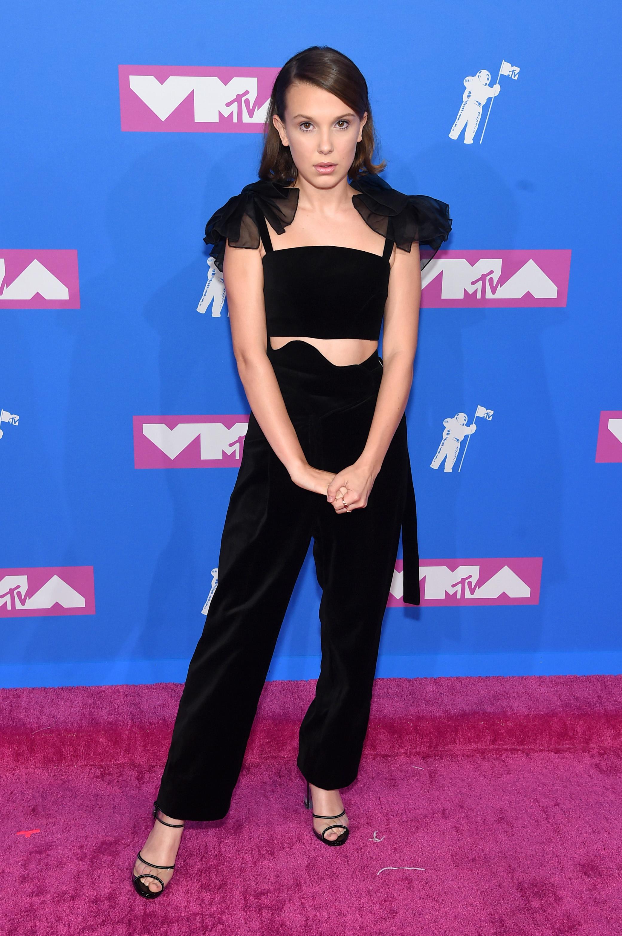 Millie Bobby Brown no red carpet do VMA 2018.