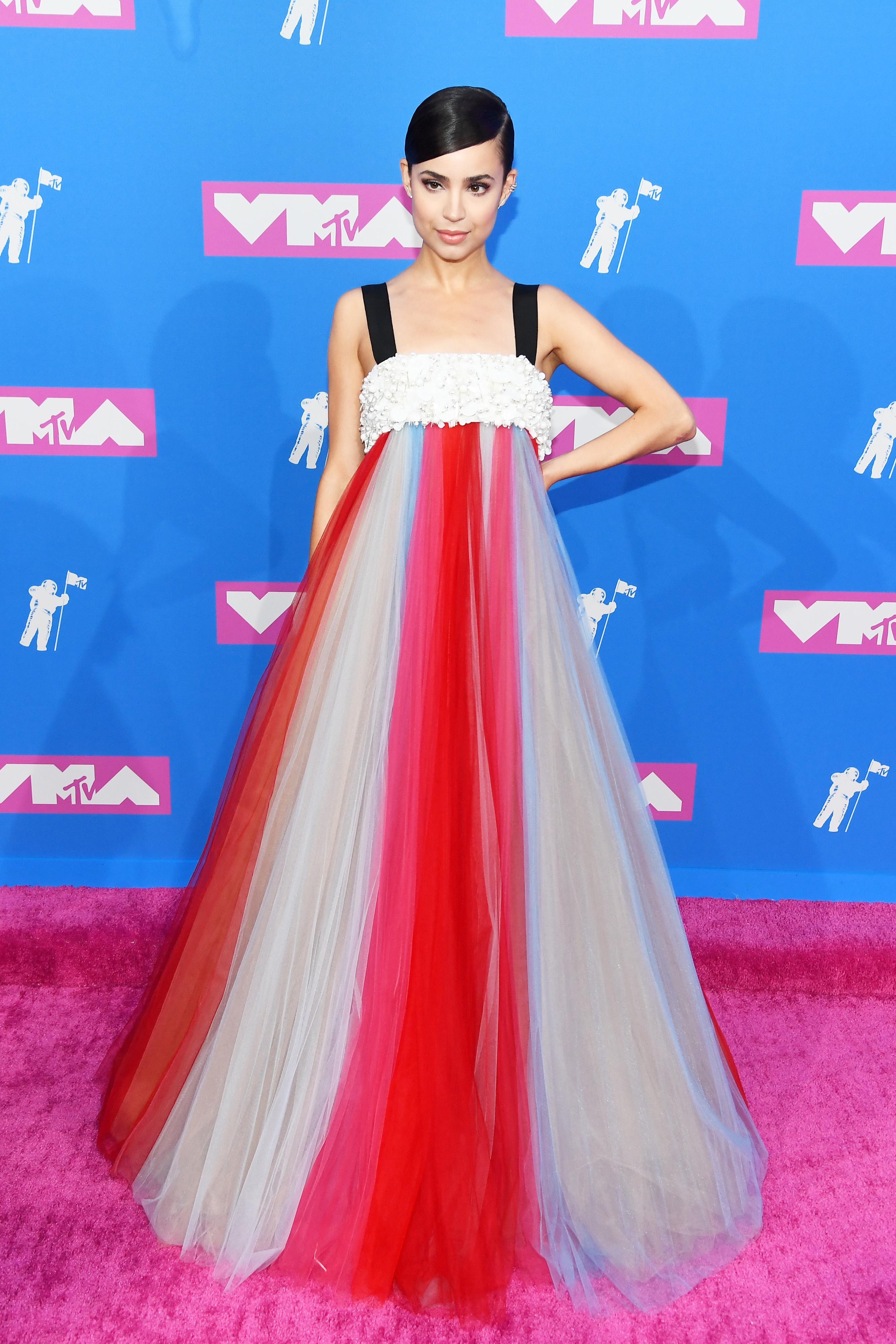 Sofia Carson no red carpet do VMA 2018.