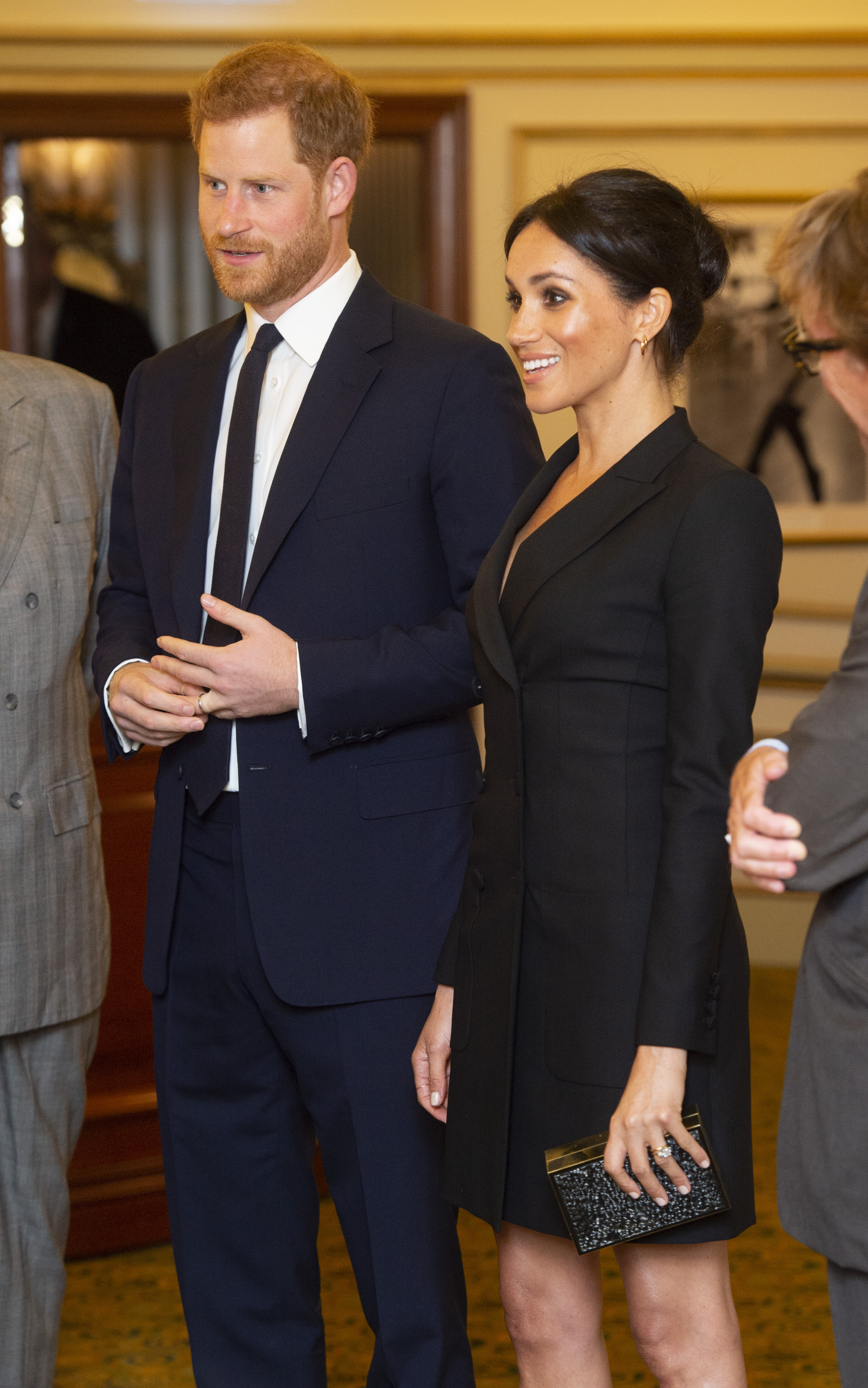 Meghan Markle e seu vestido-blazer durante um evento em Londres.