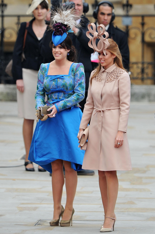 Princesas Eugenie e Beatrice no casamento real de William e Kate Middleton.