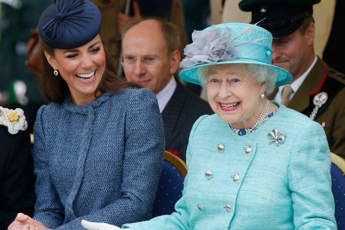 rainha-elizabeth-e-kate-middleton-dividem-joias