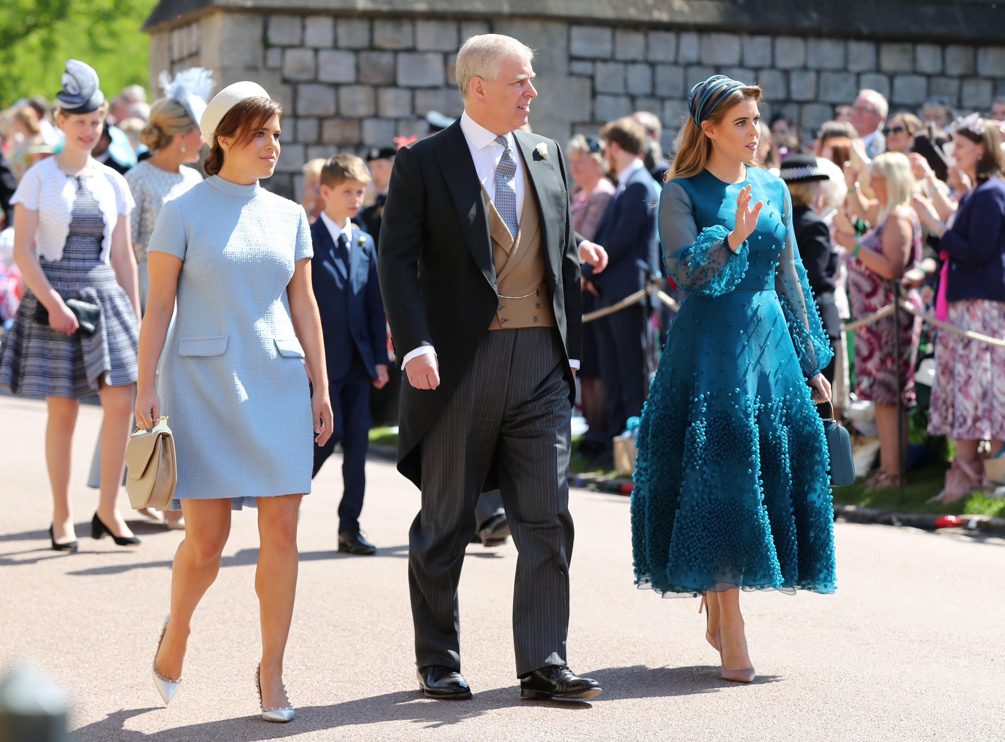 Eugenie e Beatrice com o pai, o príncipe Andrew, no casamento do príncipe Harry e Meghan Markle.