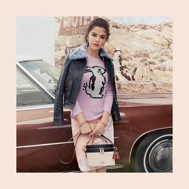 Selena Gomez lança coleção de roupas em parceria com a Coach