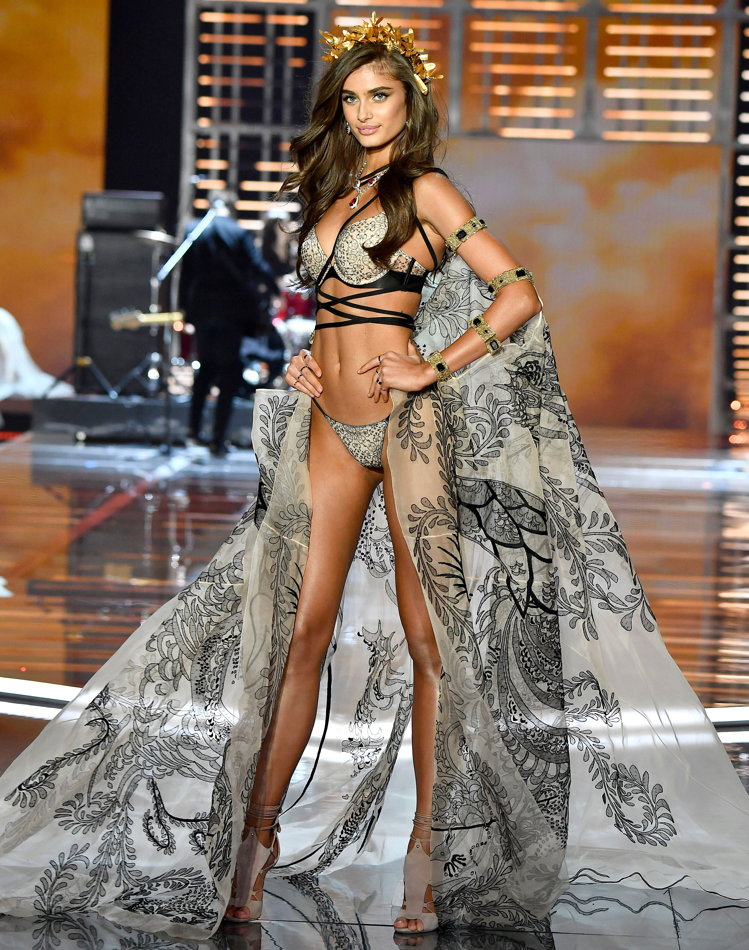 taylor-hill-victorias-secret-fashion-show