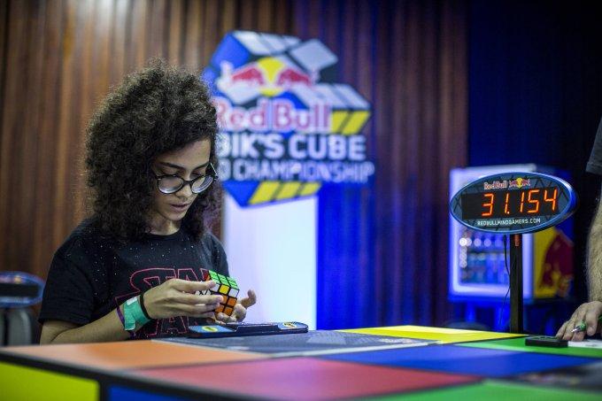 Aos 17 anos, Julia é a única menina brasileira em torneio de cubo mágico