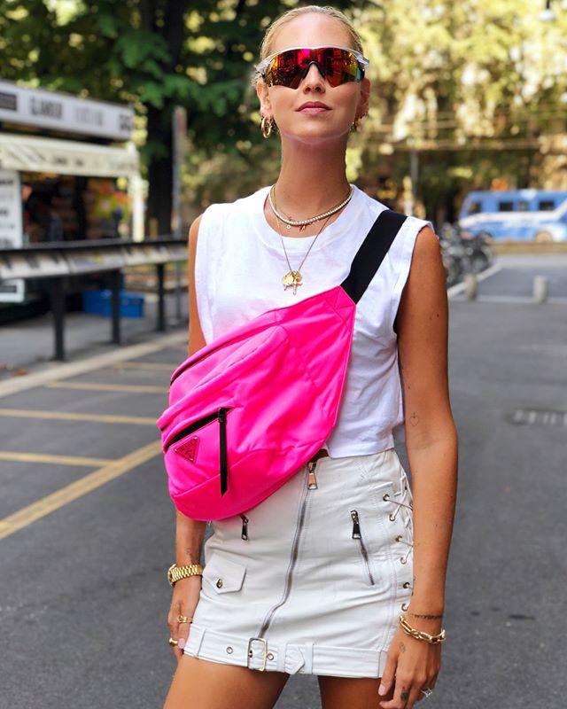 Acessório coloridão no look branquinho da Chiara Ferragni.