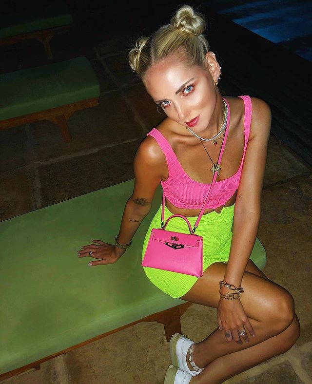 A it-girl Chiara Ferragni misturou dois tons de néon.