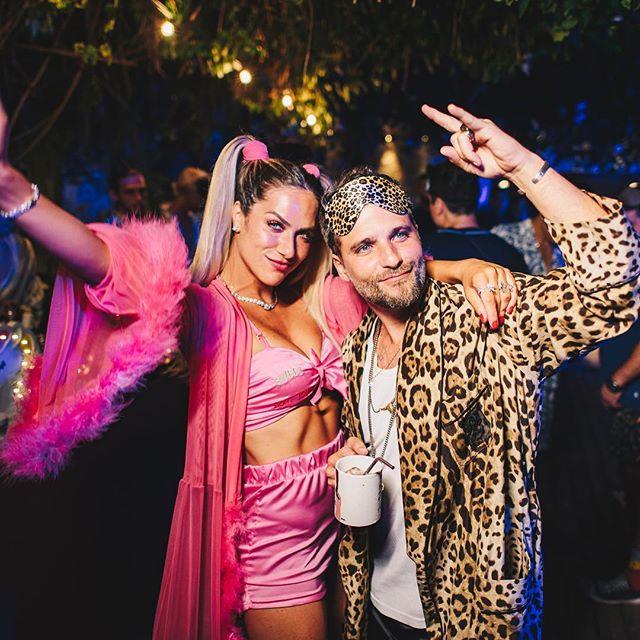 Gio de pink e Bruno Gagliasso de oncinha na festa do pijama.