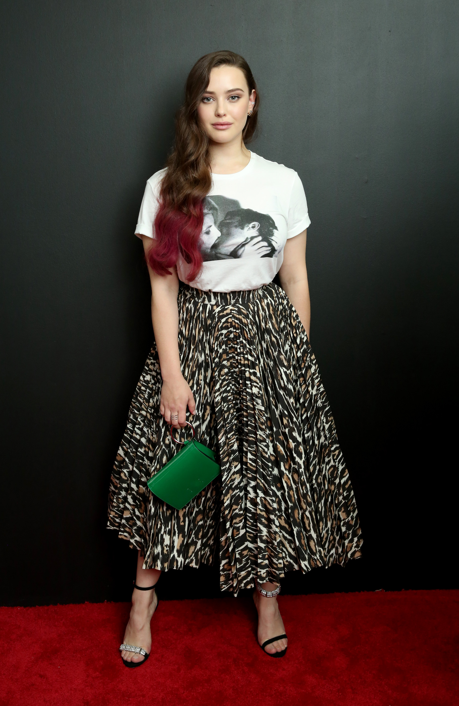 Look do Dia: Katherine Langford montou produção arrumadinha com camiseta
