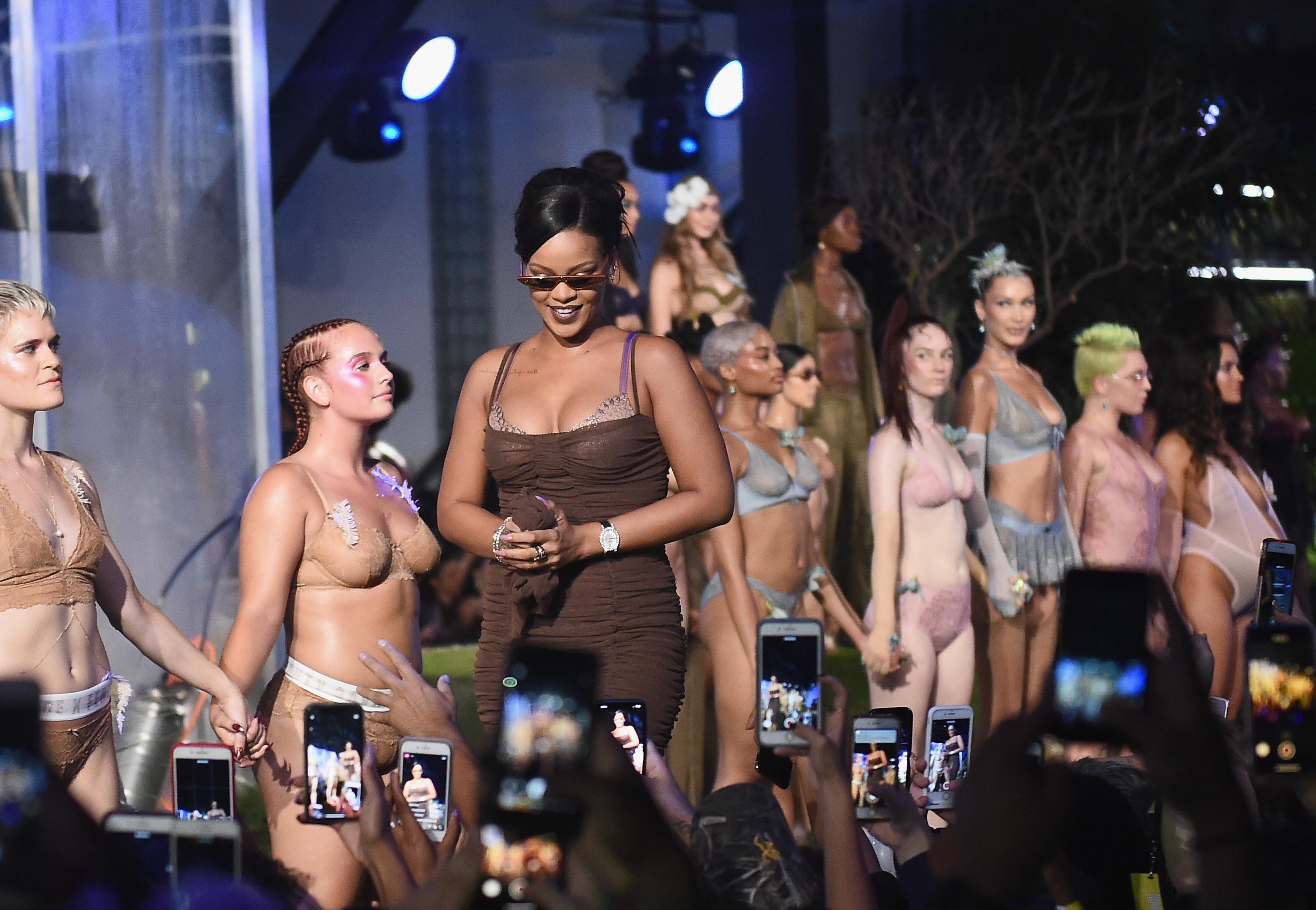 Rihanna divando no fim do desfile de sua Savage X Fenty.
