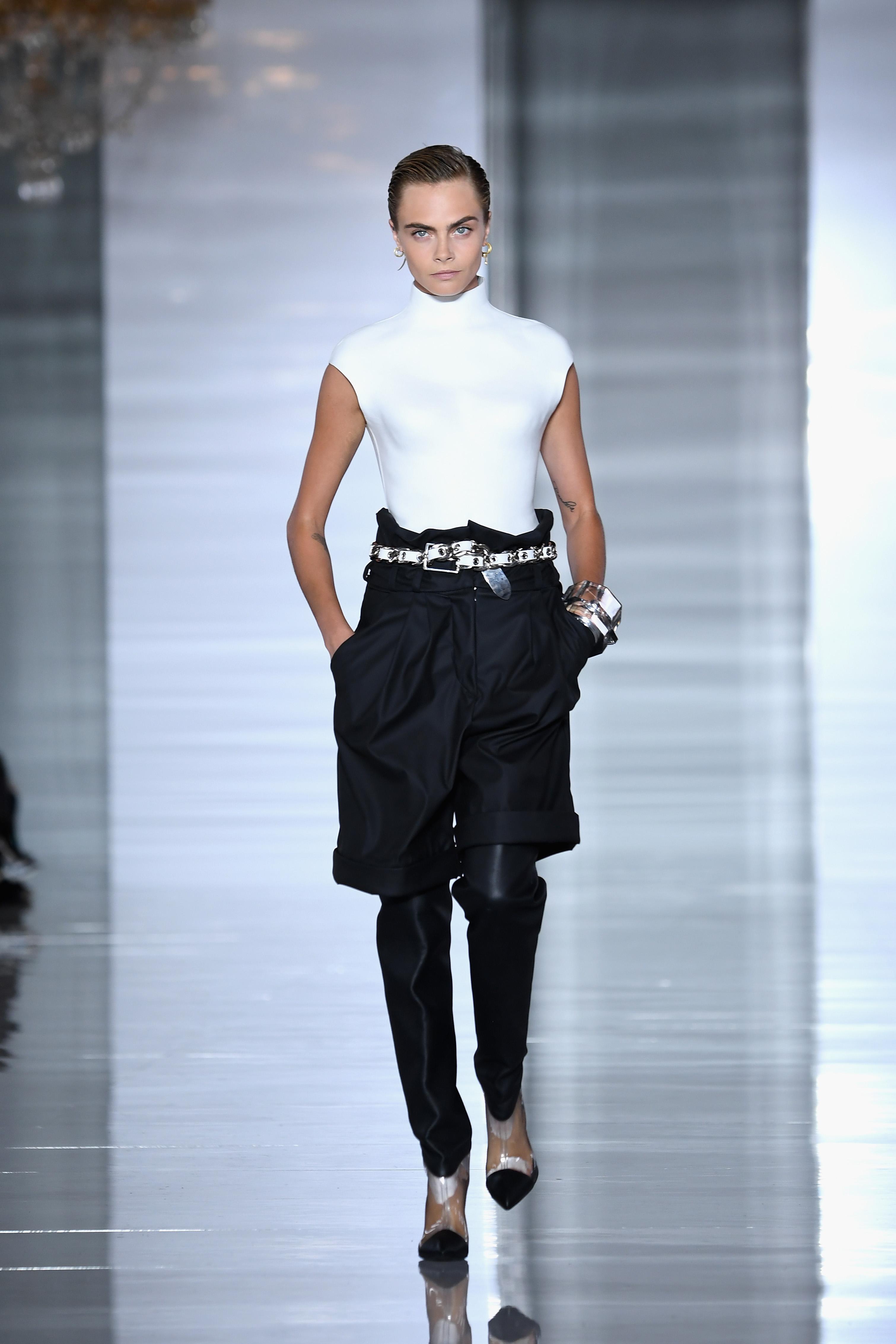Cara Delevingne desfilando para a Balmain na Semana de Moda de Paris.