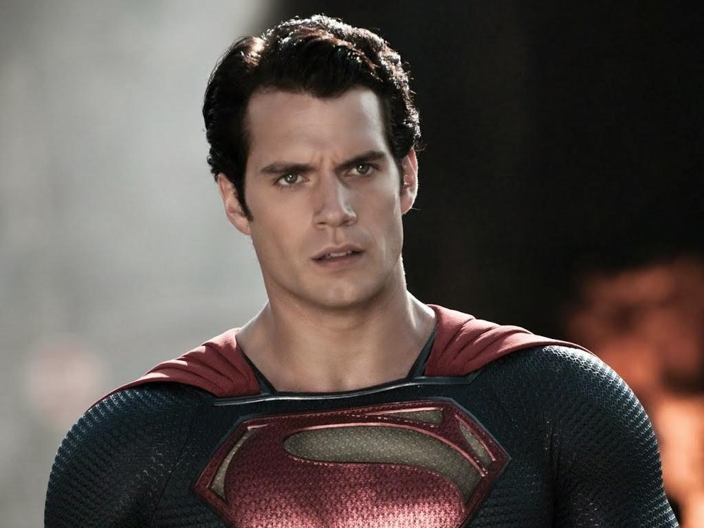 Henry Cavill caracterizado com uniforme do Superman com expressão de confusão