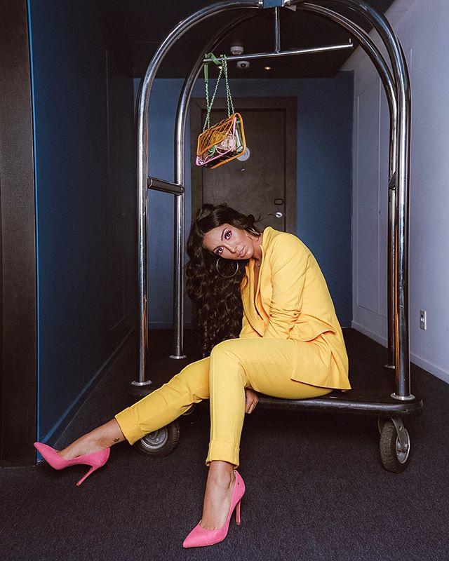 Jade Seba apostou no amarelão para seu look no Prêmio Multishow.