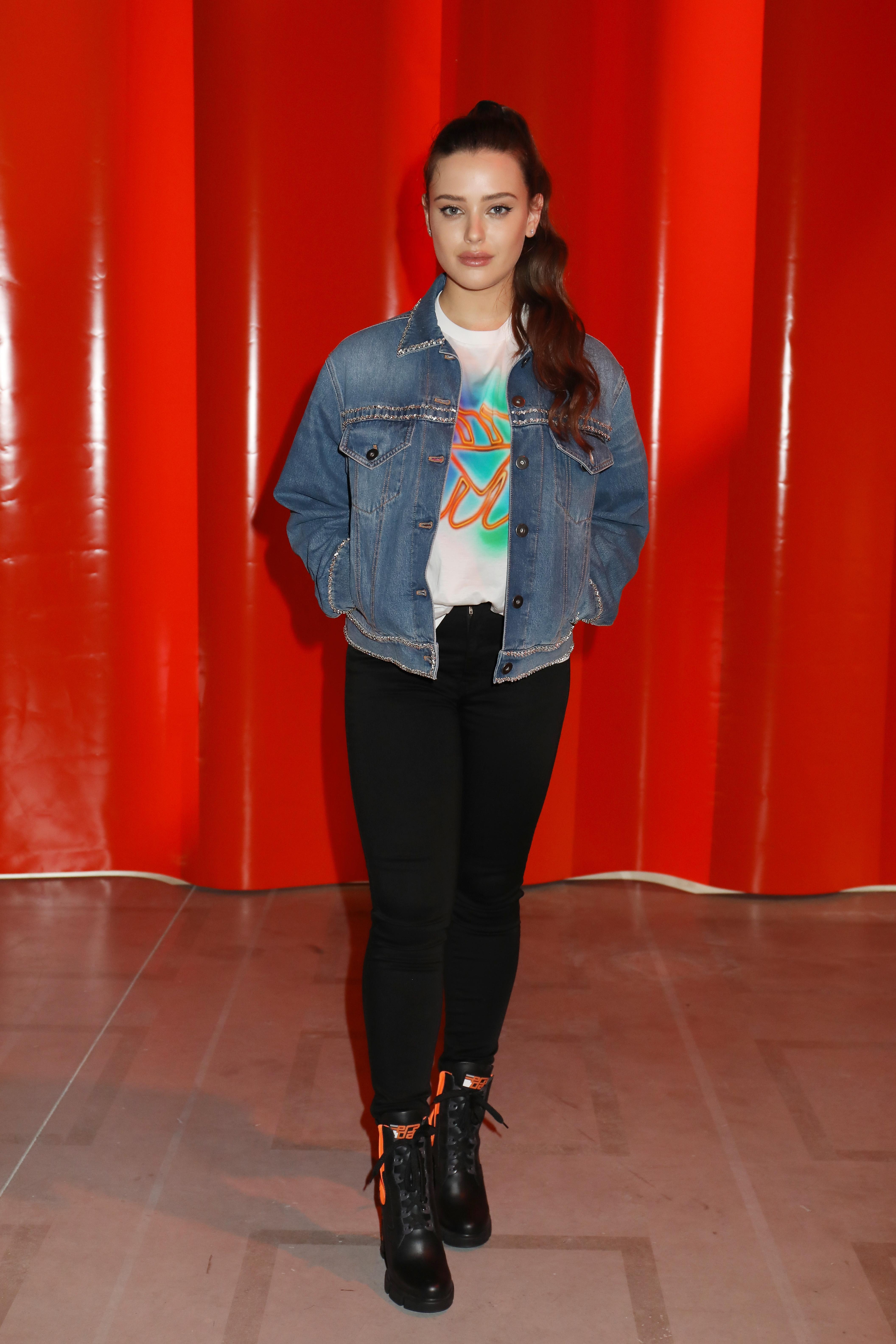 katherine-langford-look-jaqueta-jeans