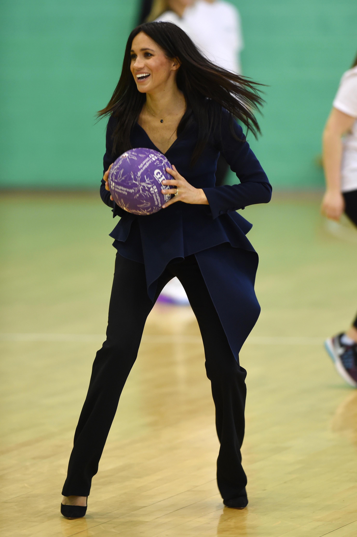 meghan-markle-jogando-basquete-salto