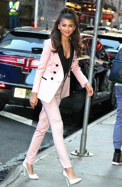 Zendaya apenas maravilhosa com um terninho rosa
