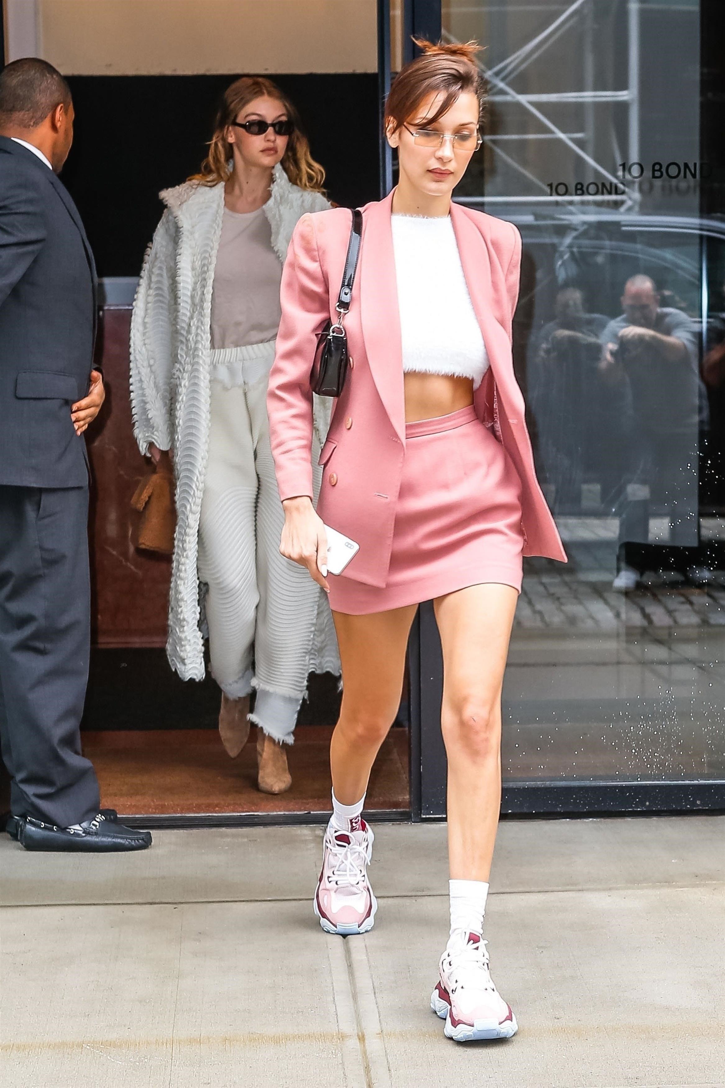 Bella Hadid arrasou no conjuntinho pink millennial. (Backgrid/Backgrid)