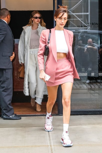 Bella Hadid arrasou no conjuntinho pink millennial.