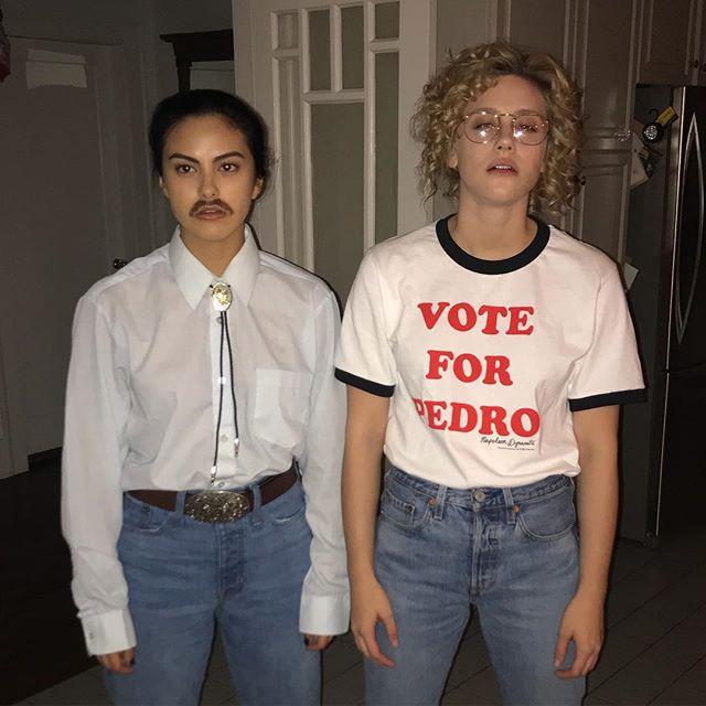 Camila e Lili escolheram personagens clássicos do cinema e se jogaram na vibe retrô do filme de comédia, Napoleon Dynamite