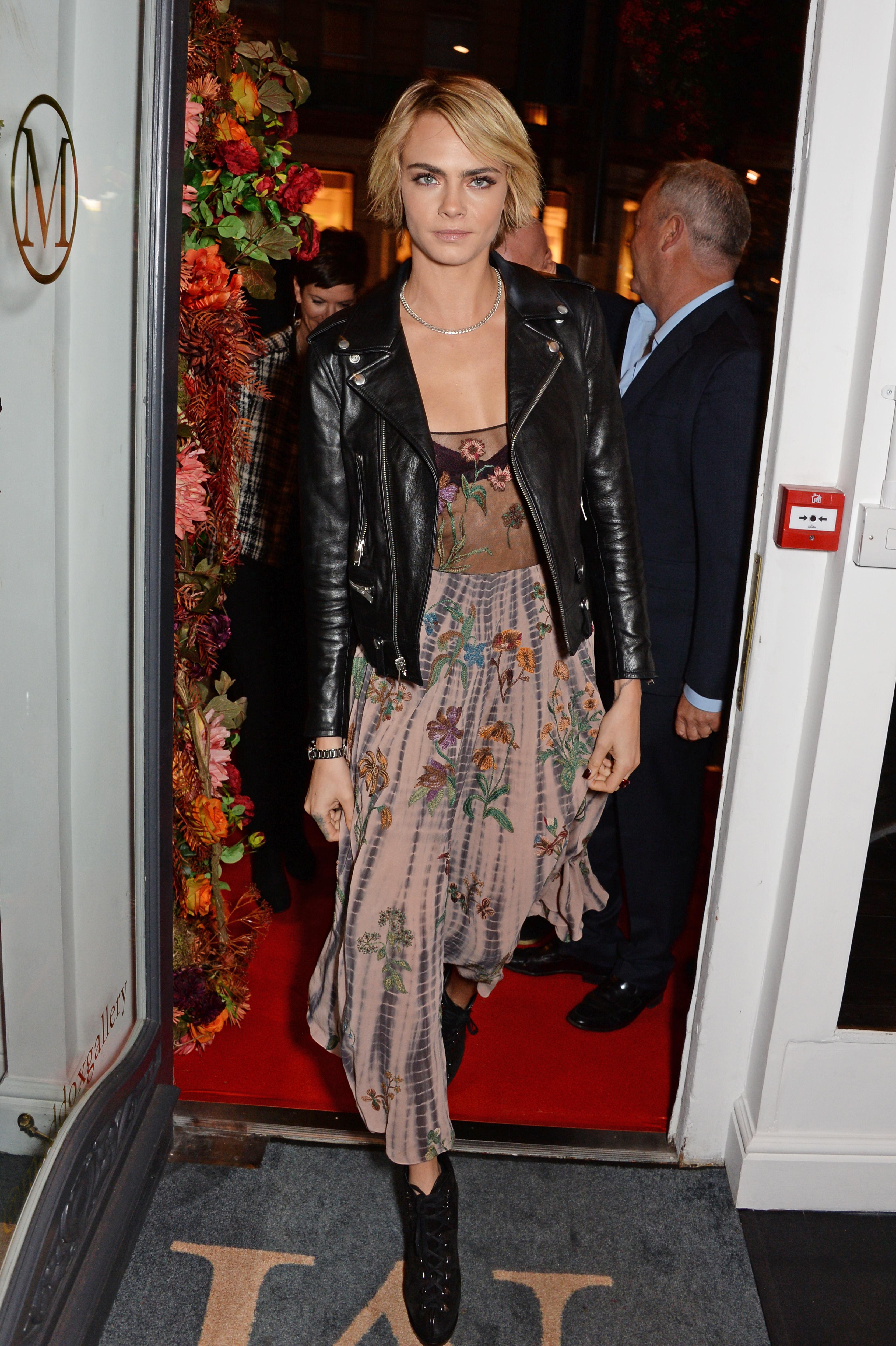 Cara Delevingne maravilhosa de vestido longo e jaqueta de couro.