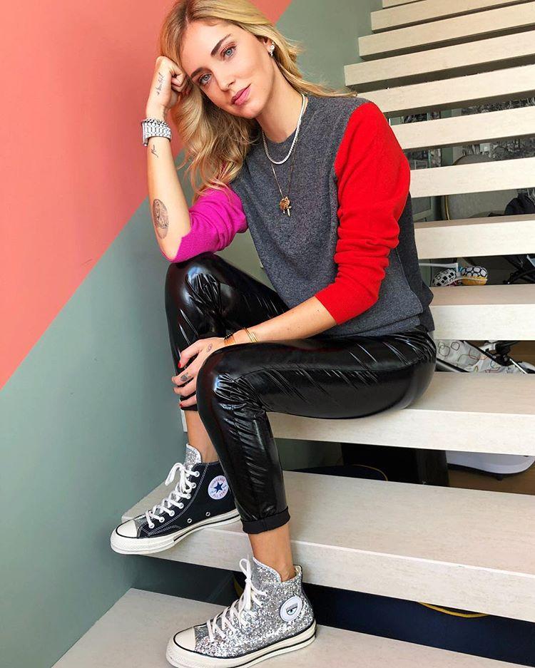 A blogueira italiana Chiara Ferragni usando um tênis da coleção Converse X Chiara.