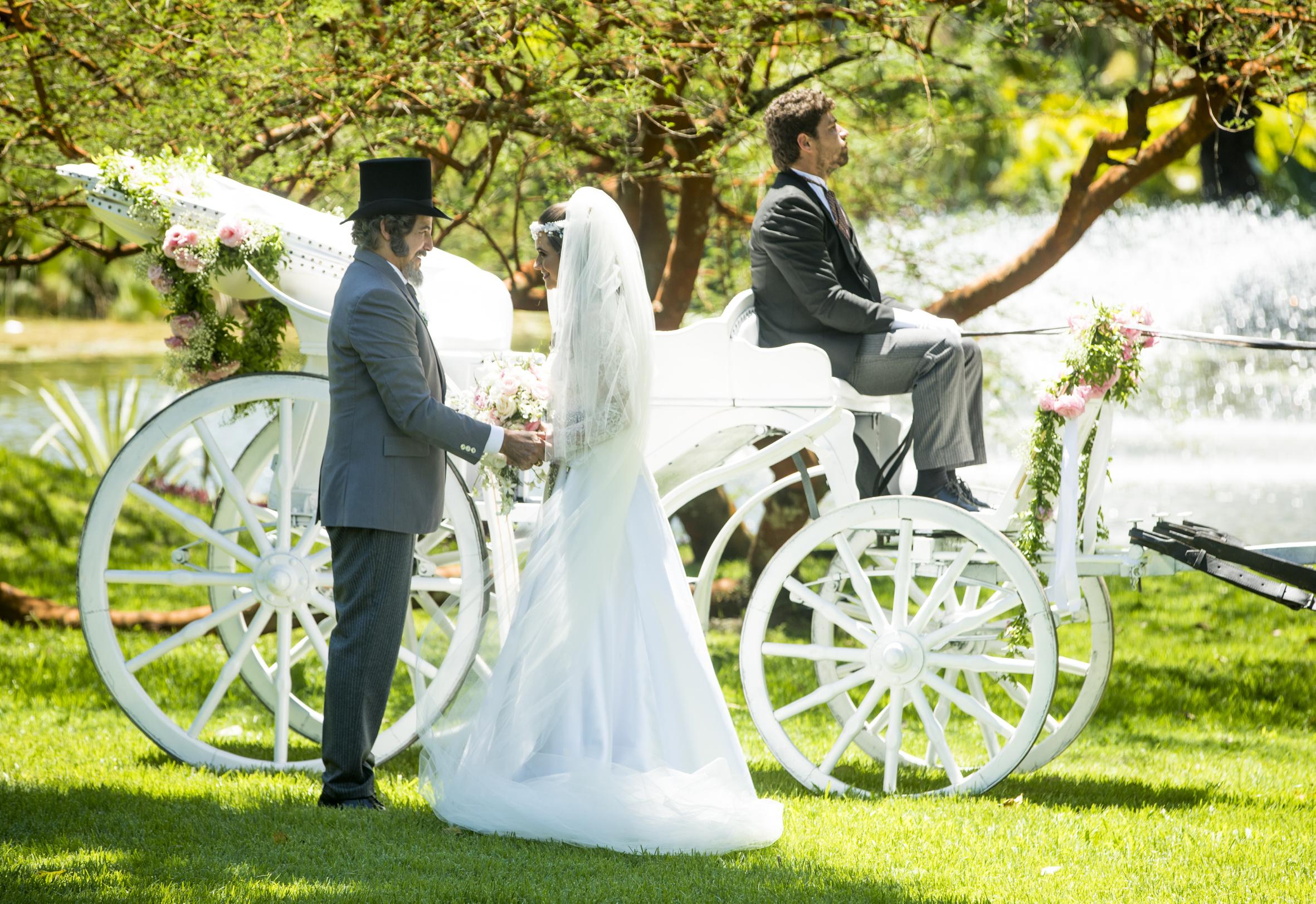 Marocas (Juliana Paiva) chega para o casamento com Samuca (Nicolas Prattes) acompanhada do pai, Dom Sabino (Edson Celulari).