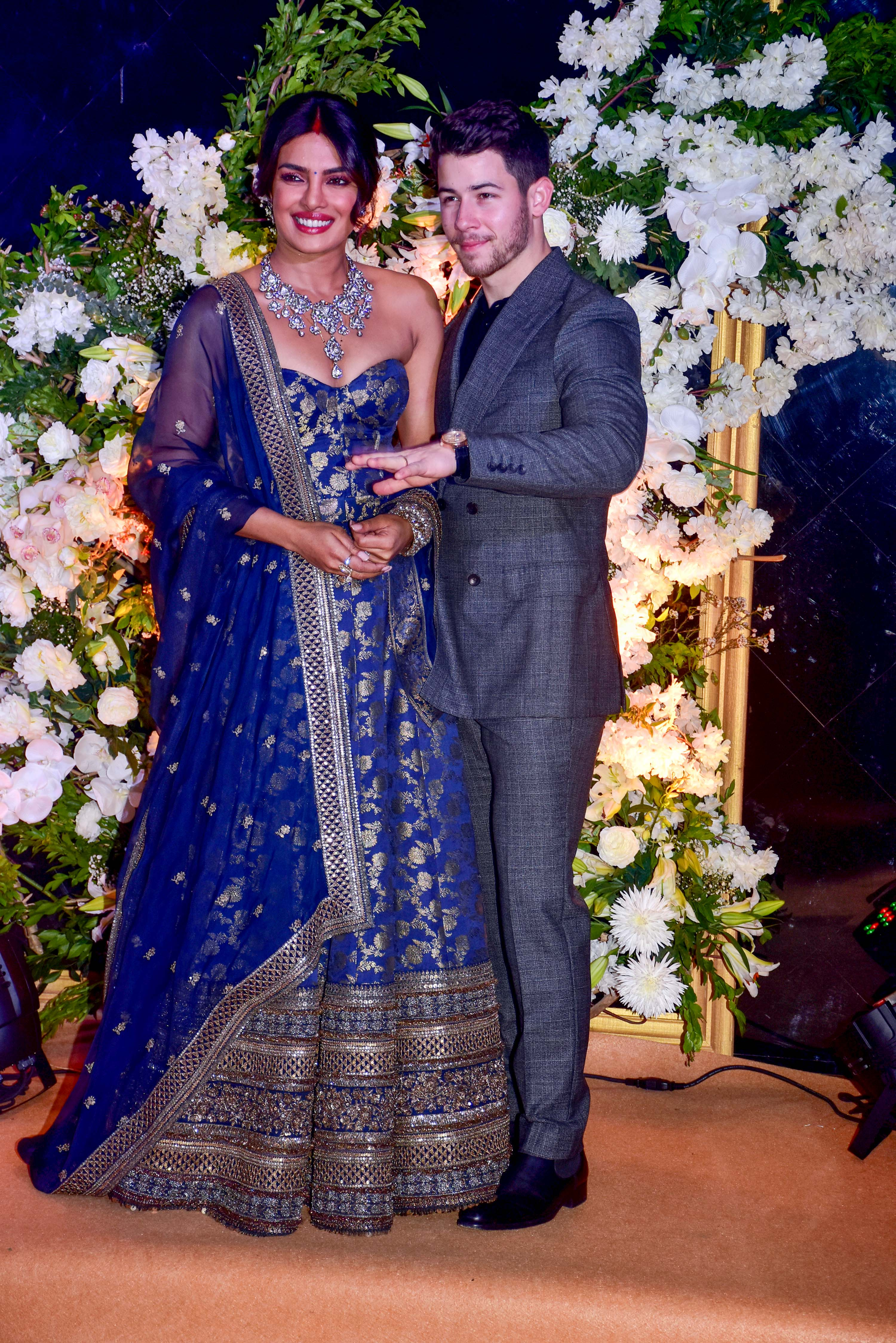 Priyanka Chopra e Nick Jonas durante recepção de casamento em Mumbai, na Índia.