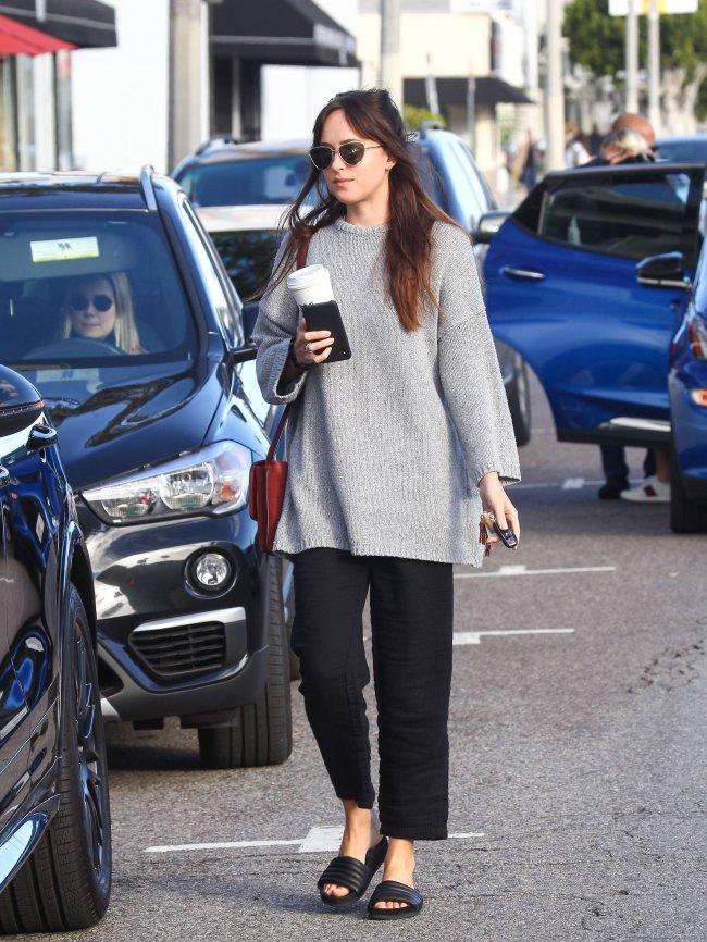 Dakota Johnson aposta no conforto para seus looks de street style.