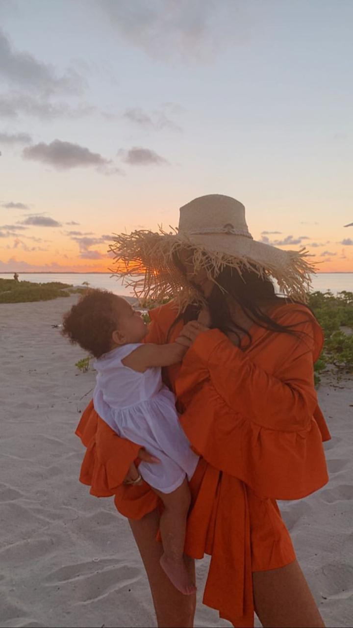 Kylie Jenner e Stormi Webster na praia.