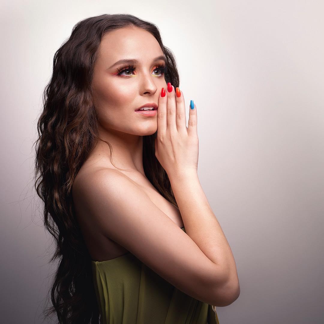 larissa-manoela-cabelo-ondulado-nail-art-colorida
