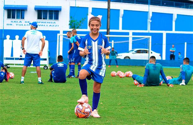 Time de futebol brasileiro contrata garota para jogar no time sub-10 masculino
