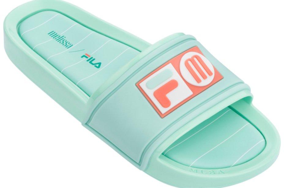 Chinelo slide verde Melissa / FILA (R$ 150*).